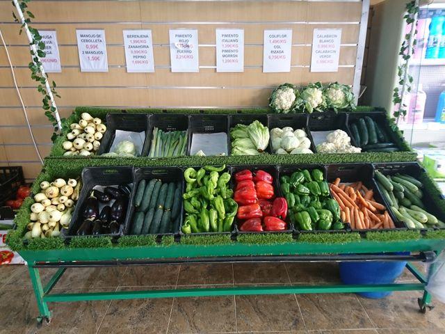 Expositor estantería para fruta y verduras.
