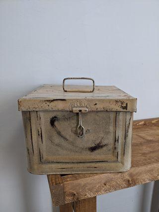 caja de almacenaje de metal aspecto antiguo