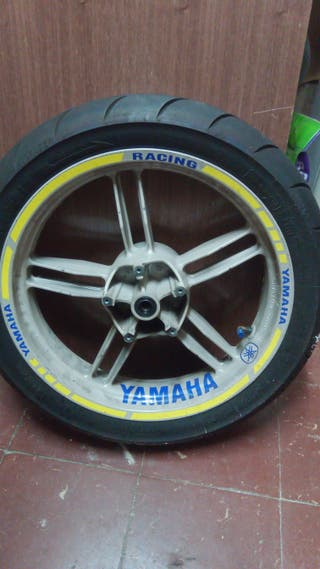 ruedas Yamaha tzr moderna con neumáticos battlax