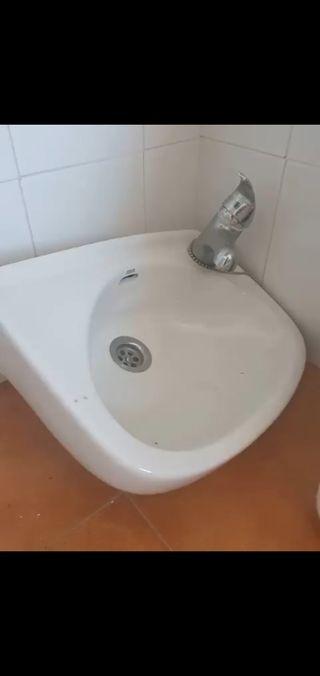 Lavabo pequeño con grifo