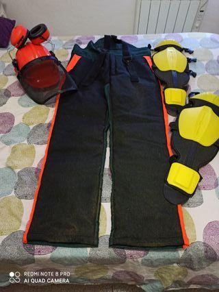 peto y casco para desbrozar y espinilleras