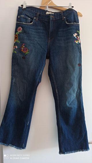 Jeans slim recto, flare con bordado.