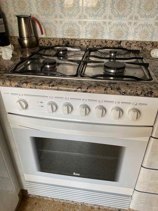 Horno eléctrico y encimera de gas (Cocina)