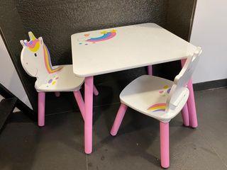 Mesa y sillas.