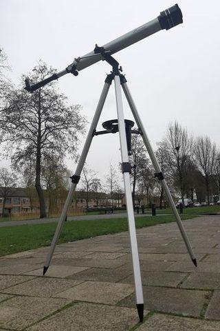 Telescopio moderno. Sobre trípode. Marca SPECTRON