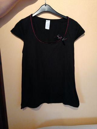 camiseta negra con lazo