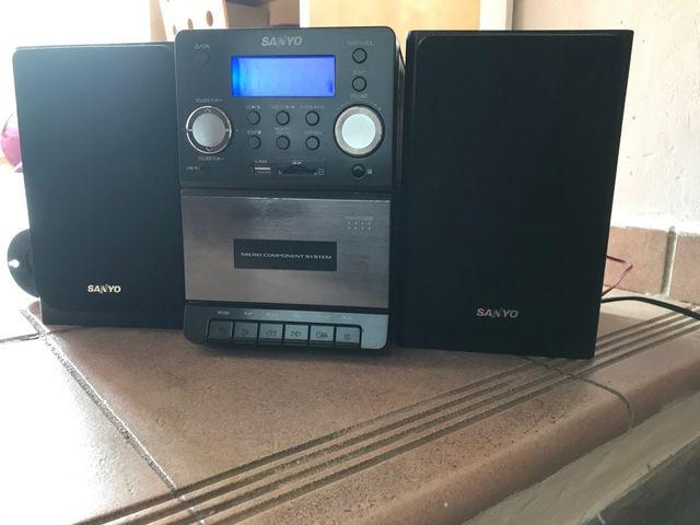 Mini cadena Sanyo con radio, Cd, USB y casete.