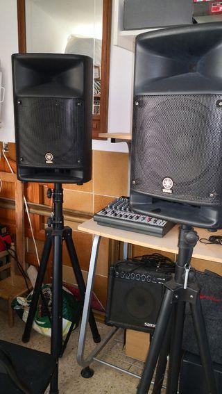 Equipo para música en directo. Altavoces Yamaha