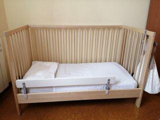 Cuna + colchón de muelles + barrera
