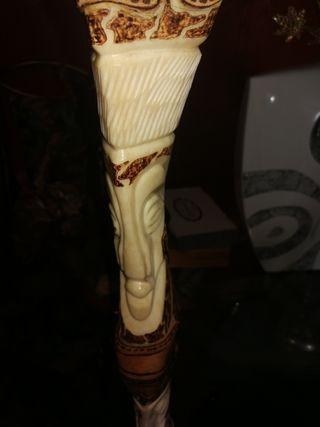 figura de pata de camello de hueso con caras