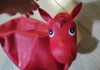 Caballito hinchable rojo para niños