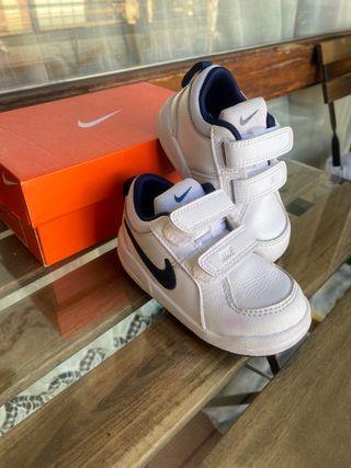 Zapatillas bebe de piel Nike talla 22