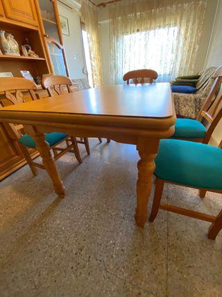 Mesa de nogal y sillas