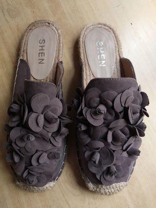 Sandalias de esparto de color marrón
