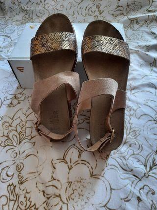 Sandalias con plataforma, en cuero.