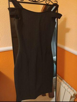 Vestido negro con etiqueta