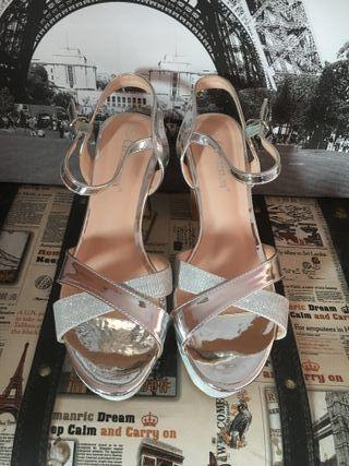 Zapatos con tacón plateados de fiesta