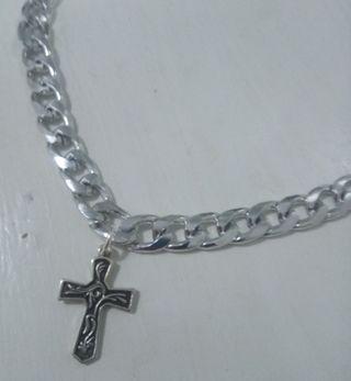 Collar de hombre de ealabones con cruz