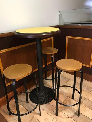 Mesa alta y 3 sillas altas (taburetes)