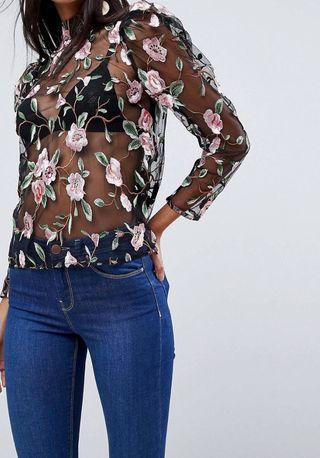 Camiseta con bordado de flores y transferencias