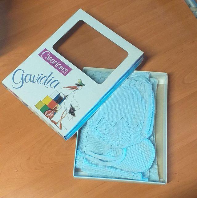 Capota, manoplas, patucos y bufanda color azul cel