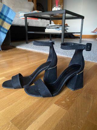 Sandalias negras/dorado, tacón grueso, talla 39.