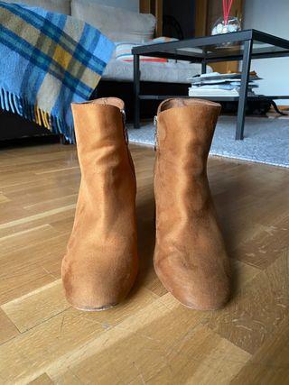 Botas de tacón marrones, talla 39.