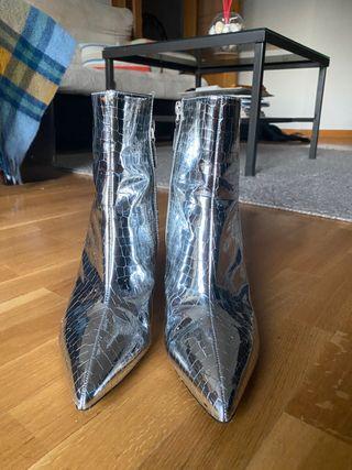 Botas plateadas, talla 39.