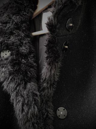 Elegante abrigo negro de paño