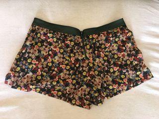 Falda pantalón corta de flores T42 de Stradivarius