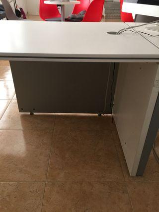 Mesa blanca despacho