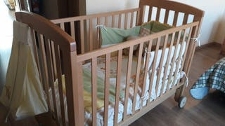 Cuna de madera para bebé.