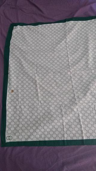 Pañuelo Vintage Gucci de seda con mancha