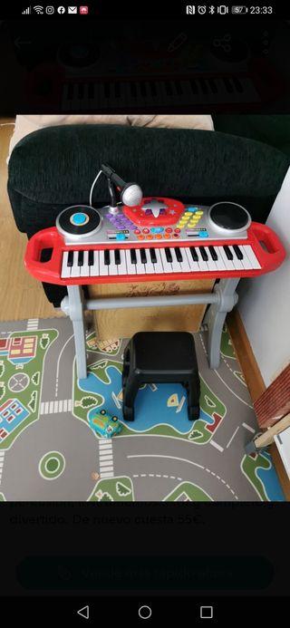 Piano con micrófono y taburete