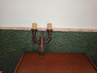 candelabro de madera.