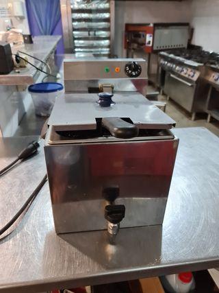 Freidora eléctrica profesional con grifo.