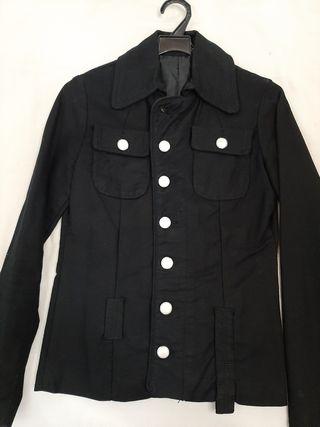 chaqueta vaquera negra con botones de perlas