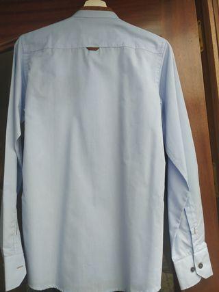 Camisa celeste con cuello Mao y detalle marrón