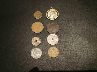medalla colgante y monedas antiguas