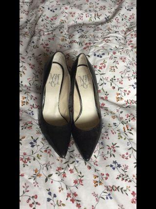 Zapatos tacón y punta.