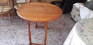 Mesa de cocina con dos sillas de madera