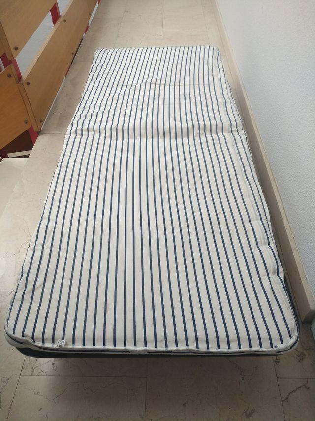 Cama plegable de viaje con colchón.