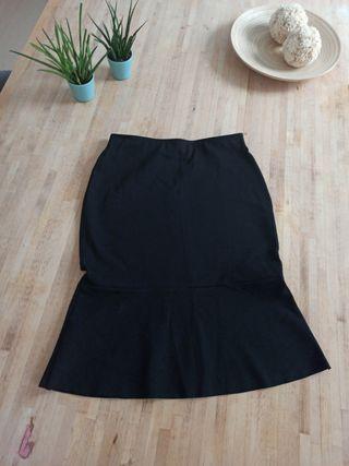 Falda negra ajustada y volante. Mango