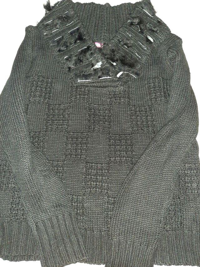 chaqueta negra de abrigo con plumas
