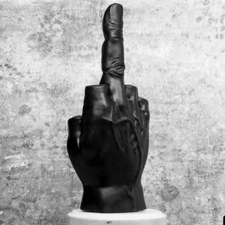 escultura dedo corazón levantado