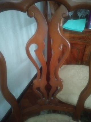 mesa de madera y sillas