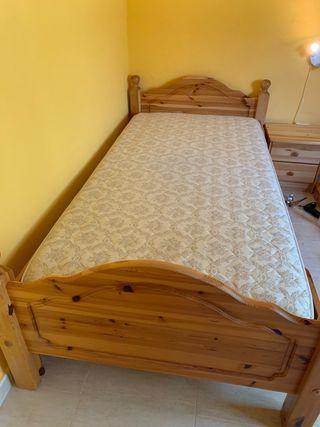 Cama de madera con colchón