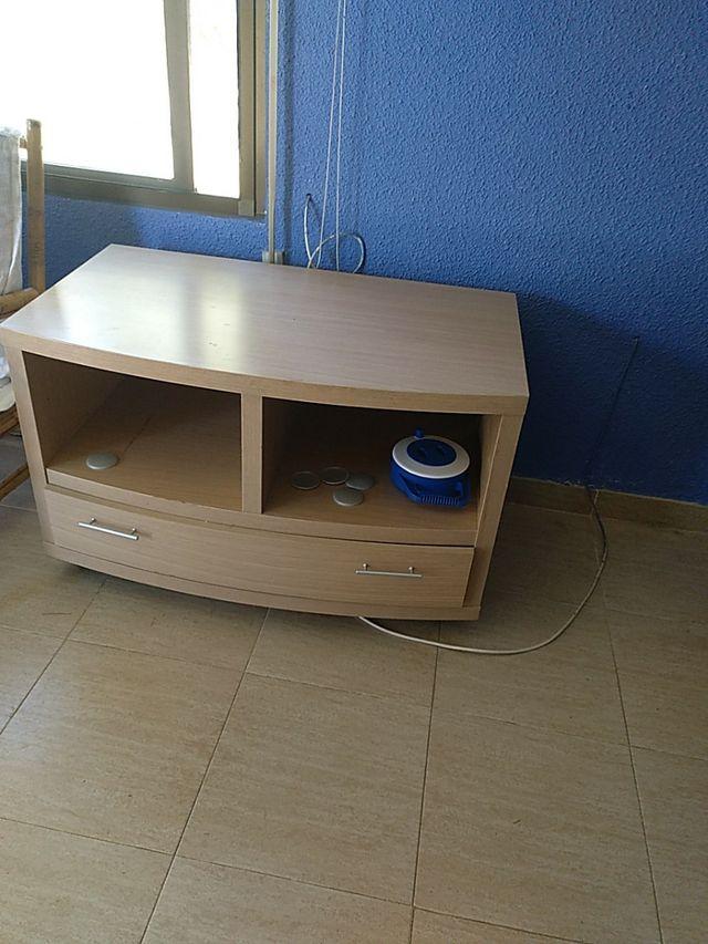 Estantaria y mesa de televisión.