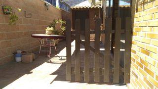 puerta de seguridad de madera. Puerta jardín