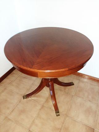 Mesa redonda de madera estilo clásico